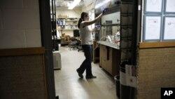 Mahasiswi doktorat sedang bekerja di Laboratorium Kimia Kline di Universitas Yale, New Haven, Connecticut. (Foto: AP)