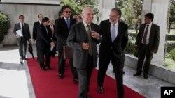 Afg'oniston Tashqi ishlar vaziri Zalmay Rasul (o'ngda) va Pokiston diplomati Sartoj Aziz (chapda), Kobul, 21-iyul