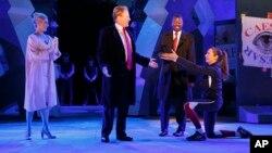 Сцена из спектакля Нью-Йоркского общественного театра