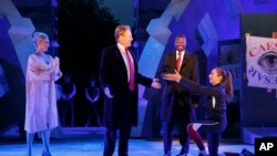 纽约公共剧院提供的莎士比亚剧目《凯撒大帝》剧照,其中凯撒貌似川普总统,凯撒夫人貌似川普夫人(2017年5月)