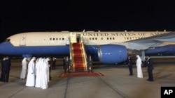 Máy bay chở phó Tổng thống Hoa Kỳ Joe Biden hạ cánh xuống Abu Dhabi ngày 7 tháng 3, 2016.