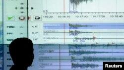 Un geólogo lee los registros de un sismográfo. México fue sacudida esta miércoles por dos fuertes temblores originados en el estado de Guerrero.
