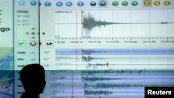 Dalam foto tertanggal 30/9/2009 ini, seorang pakar geologis mencermati informasi seismograf dari bencana gempa di Sumatra di kantor meteorologi Jakarta. Pada Jumat (27/2/2015) sebuah gempa mengguncang bagian selatan Indonesia.