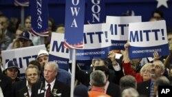 Los delegados del estado de Iowa mientras hacían efectivo este martes su voto por el candidato Mitt Romney.