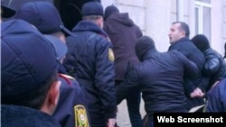 Jurnalist Pərviz Həşimli məhkəməyə gətirilərkən (Foto musavat.com saytınındır)