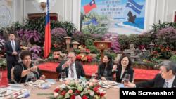 台灣總統蔡英文(右二)與副總統陳建仁1月8日宴請到訪的瑙魯總統瓦卡夫婦。(中華民國總統府網站截圖)