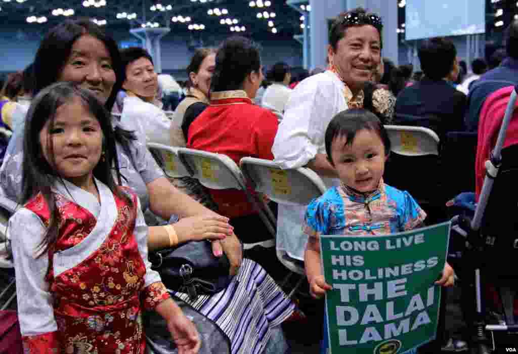 参加庆生会的藏人家庭。(美国之音记者赵江拍摄 )