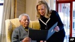 امریکی وزیر خارجہ ھلری کلنٹن اور جنوبی افریقہ کے سابق صدر سابق صدر نیلسن منڈیلا