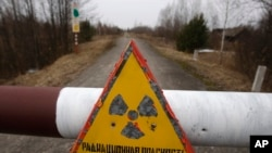 离诺贝利核电站30公里处的警告牌写着危险,有辐射。