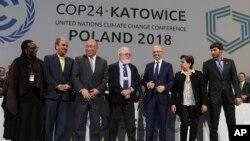 Los jefes de delegaciones posan para los fotógrafos al concluir la sesión final de la Cumbre COP24 sobre el cambio climático en Katowice, Polonia. Diciembre 15 de 2018.