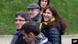 Ousted Catalan leader Carles Puigdemont (L) walks in the park with elected Catalan lawmakers of his Together for Catalonia party in Brussels on Jan. 12, 2018.