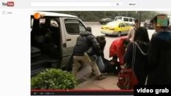 争取言论自由学生接受外媒采访后被当街抬走 (德国电视二台YouTube截频)