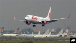 Salah satu pesawat milik maskapai penerbangan Lion Air, saat lepas landas dari bandara internasional Juanda, Surabaya, 12 Mei 2012. (Foto: dok).