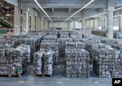 Bahan daur ulang disimpan di pabrik baru perusahaan AS Novelis Inc., yang berkantor pusat di Atlanta, AS, di Nachterstedt, Jerman tengah, Rabu, 1 Oktober 2014.