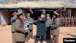 Lãnh tụ Bắc Triều Tiên Kim Jong-Un thăm một đơn vị pháo binh của quân đội nhân dân Triều Tiên có nhiệm vụ sẵn sàng tấn công đảo Baengnyeong của Nam Triều Tiên, ngày 12/3/2013.