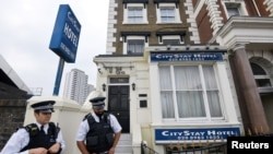 Cảnh sát đứng bên ngoài khách sạn nơi Alexander Petrov và Ruslan Boshirov, hai điệp viên Nga bị cáo buộc hạ độc cựu điệp viên Sergei Skripal và con gái Yulia của ông, ở London, Anh, ngày 5 tháng 9, 2018.