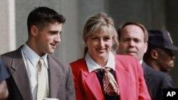 ARCHIVO - Linda Tripp, acompañada por su hijo Ryan Tripp llega a la corte federal en Washington, el 7 de julio de 1998 para testificar ante un gran jurado que investigaba la relación extramarital del presidente Bill Clinton con Monica Lewinsky.