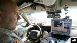 警察在车内查看车牌信息