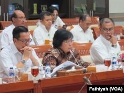 Menteri Lingkungan Hidup dan Kehutanan Siti Nurbaya Bakar (tengah) dalam rapat dengan Panitia Kerja Kebakaran Hutan dan Lahan yang dibentuk oleh Komisi III Dewan Perwakilan Rakyat di gedung parlemen, Jakarta (Foto: VOA/Fathiyah)