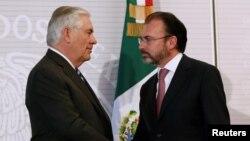 Menlu Amerika Rex Tillerson (kiri) dan Menlu Meksiko Luis Videgaray berjabat tangan usai konferensi pers bersama di Mexico City, Selasa (23/2).