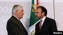 U.S. Secretary of State Rex Tillerson, left, and Mexico's Foreign Minister Luis Videgaray shake hands after a joint news conference at the Foreign Ministry in Mexico City, Feb. 23, 2017.