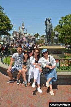 Endah Redjeki (kanan) bersama teman-temannya di Disneyland, California sebelum pandemi (dok: Endah Redjeki)