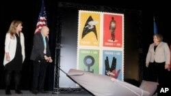 El actor y humanitario Walter Koening, la jefe del Servicio Postal de EE.UU. Meagan Brennan y la vicedirectora de Ciencias de la NASA para Comunicaciones Michelle Thales presentan las estampillas en honor del 50 aniversario de Star Trek.