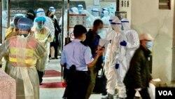 大批警员和卫生署人员12月10日到香港九龙湾丽晶花园协助居民撤离到新冠疫情隔离营。(美国之音汤惠芸拍摄)