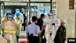 大批警員及衛生署人員12月10日到香港九龍灣麗晶花園第6座協助D室居民撤離到隔離營。(美國之音 湯惠芸拍攝)