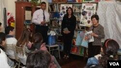 Estudiantes de 7 a 11 años tuvieron la oportunidad de escuchar la lectura del libro 'The Giving Tree', del autor Shel Silverstein.