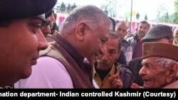 وزیر وفاقی وزیر جنرل (ر) وی کے سنگھ ضلع ادھم پور میں عوامی رابطہ مہم کے دوراں ایک شہری سے بات کر رہے ہیں۔ 20 جنوری 2020