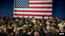 资料照:2011年9月16日时任美国总统的奥巴马在签署《美国发明法案》后在维吉尼亚州与托马斯·杰斐逊中学的学生握手。