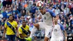 Clint Dempsey (8) cabeza una pelota que llevará peligro a la meta ecuatoriana.