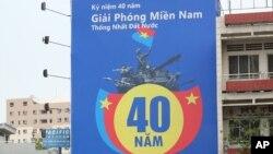 Tấm bảng kỷ niệm ngày 30 tháng Tư treo tại một cửa hàng Viettel ở Sài Gòn năm 2015.