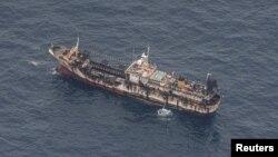 Kapal nelayan terlihat dari pesawat angkatan laut Ekuador setelah terdeteksi armada kapal penangkap ikan yang sebagian besar berbendera China di koridor internasional yang berbatasan dengan zona ekonomi eksklusif Kepulauan Galapagos, 7 Agustus 2020. (Foto: dok).
