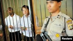 Terpidana hukuman mati asal Australia Andrew Chan (tengah) dan Myuran Sukumaran (kiri) di penjara Denpasar. (Foto: Dok)