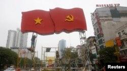 Công nhân lắp đặt trang trí cho Đại hội Đảng 12 trên đường phố Hà Nội, ngày 4/1/2016.