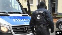 德国警察搜查德国中部希尔德斯海姆的一座公寓大楼, 2016年11月8日。