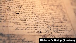 Tanda tangan George Washington (kanan bawah) dalam surat kepada keponakannya bertanggal 1787, yang yang dilelang pada 1 Desember 2009, sebagai ilustrasi. (Foto: REUTERS/Finbarr O 'Reilly)