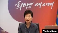 박근혜 한국 대통령이 5일 청와대에서 열린 제1회 국무회의에서 모두발언하고 있다.