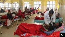 Seorang dokter sedang memeriksa seorang korban, yang sakit akibat mengonsumsi minuman keras, di rumah sakit di Jorhat, negara bagian Assam, India timur laut, Sabtu, 23 Februari 2019. (Foto: dok)