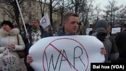 3月7日莫斯科反战示威。一名示威者手举标语抗议俄罗斯军队进入克里米亚。(美国之音白桦拍摄)