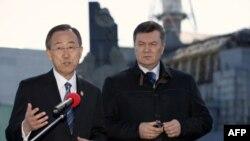 Tổng thống Ukraina Viktor Yanukovich (phải) và Tổng thư ký Liên Hiệp Quốc Ban Ki-moon thăm nhà máy điện hạt nhân Chernobyl ở Ukraina, 20/4/2011