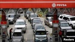 Los automovilistas hacen fila para obtener combustible en una estación de servicio de la petrolera estatal venezolana PDVSA en Caracas, Venezuela, en 2017.