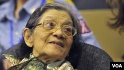 """前红色高棉""""第一夫人""""英蒂丽在2011年10月19日出庭的照片"""