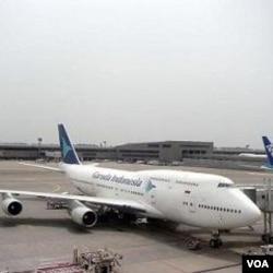 Pesawat Boeing 747-400 Garuda Indonesia di bandara Narita, Tokyo.