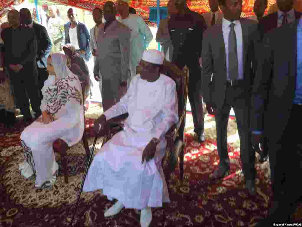 Le président sortant, Idriss Deby, Itno et son épouse sont assis dans leur centre de vote, en attendant d'accomplir leur devoir de citoyens, N'Djamena, Tchad, 10 avril 2016, (VOA/Bagassi Koura)