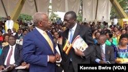 Wagombea kiti cha rais Uganda Mbabazi na Besigye wakizungumza kabla ya Papa kuwasili Namugongo