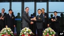 Ông Lý Xuân Thành (ở giữa bên phải), Phó bí thư tỉnh ủy, trở thành giới chức cao cấp nhất bị điều tra kể từ khi ông Tập Cận Bình lên nắm chức Chủ tịch. (AP)