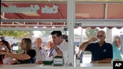 一名古巴裔美国人在迈阿密的小哈瓦那区喝着古巴咖啡